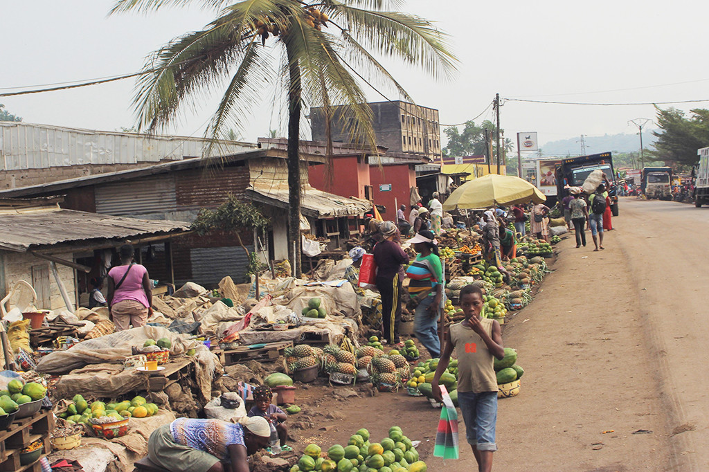 A market sight from Penja, a well known destination for fruits and vegetables. Photo: Bediong